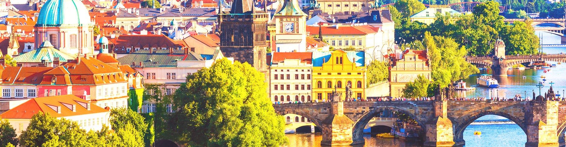 Zicht op Karelsbrug over de Moldau in Praag, Tsjechië