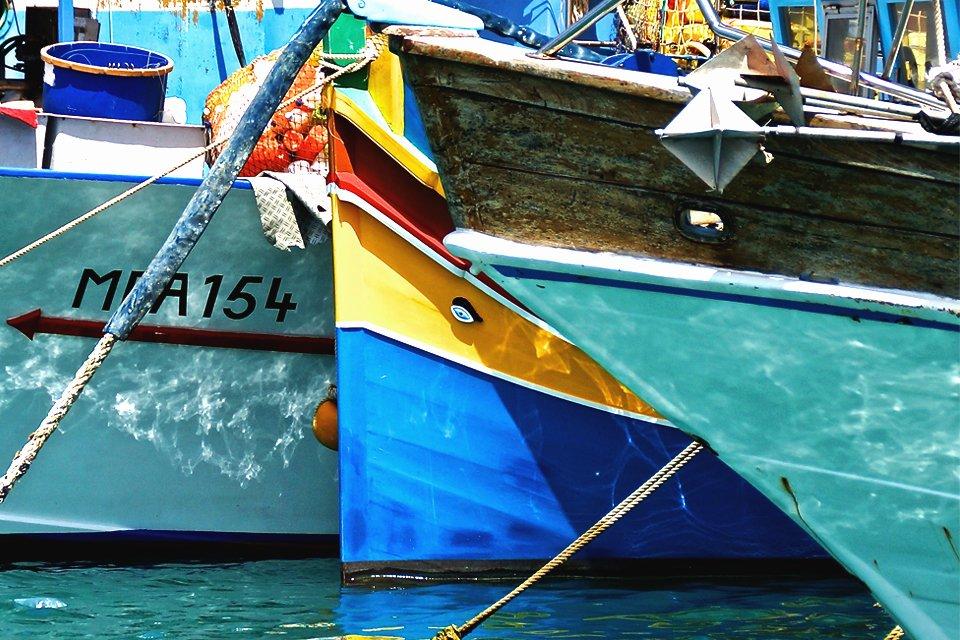 Luzzu in de haven van Marsaxlokk, Malta