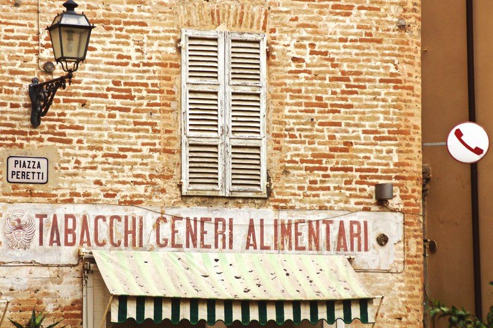 Straatbeeld in de Marken, Italië