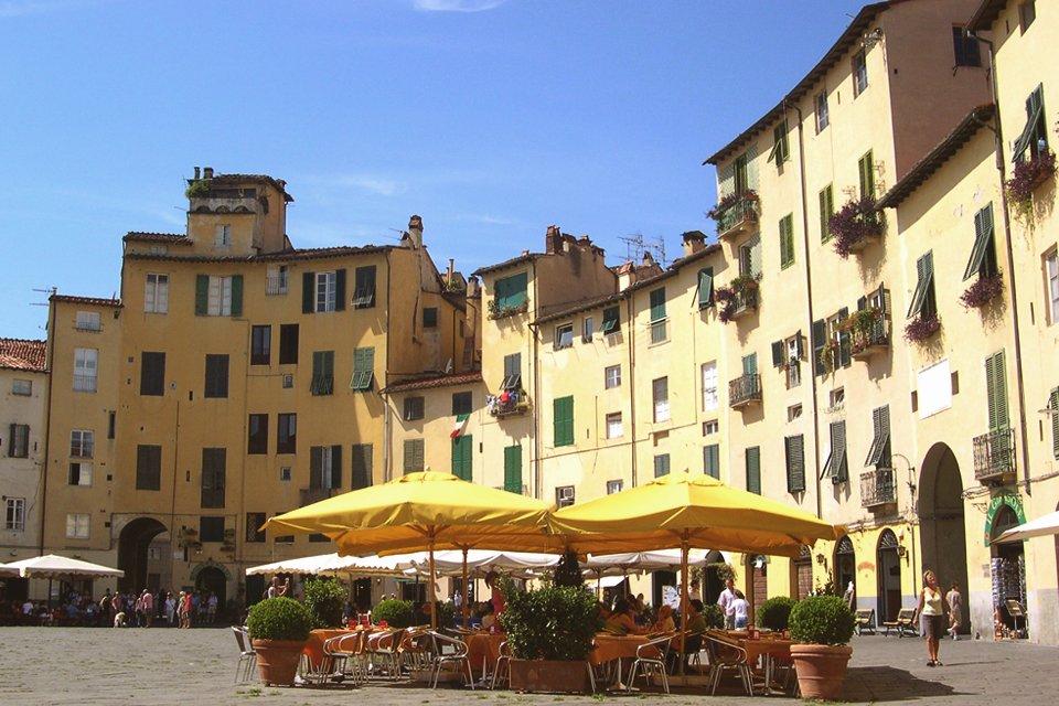 Piazza Anfiteatro in Lucca, Toscane, Italië