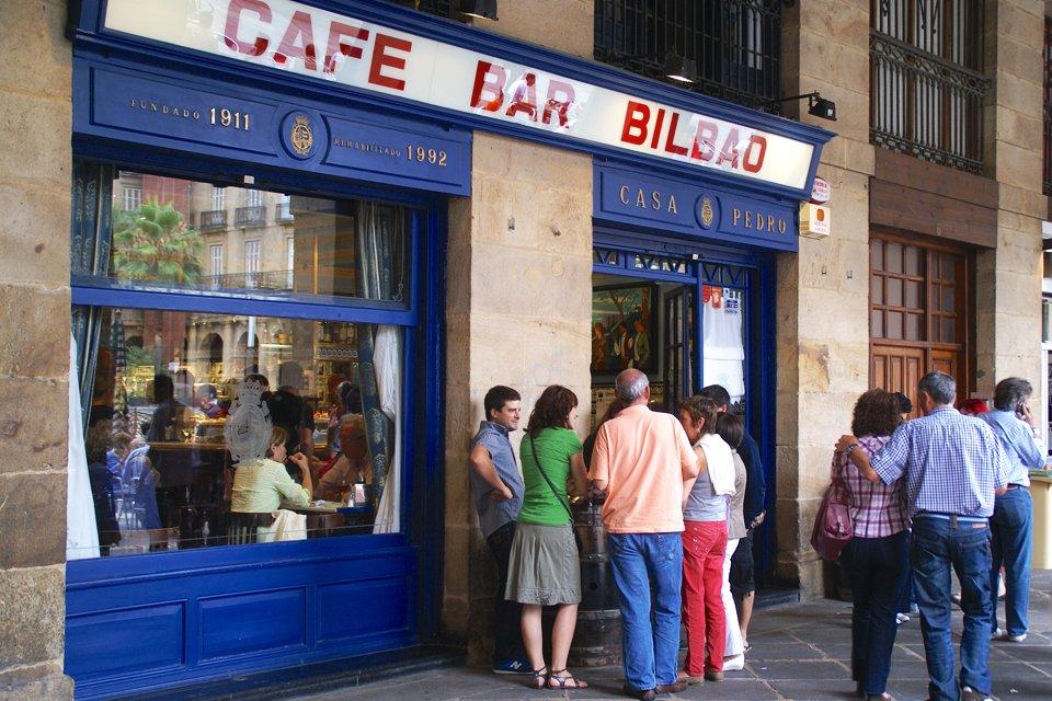 Bar aan het Plaza Nueva in Bilbao, Spanje