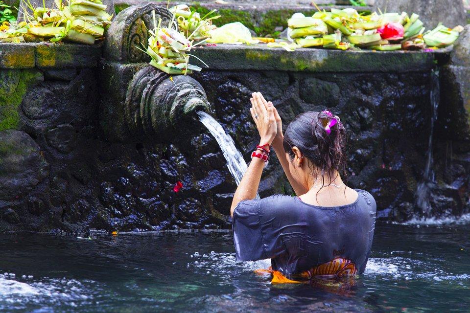 Ritueel baden op Bali, Indonesië