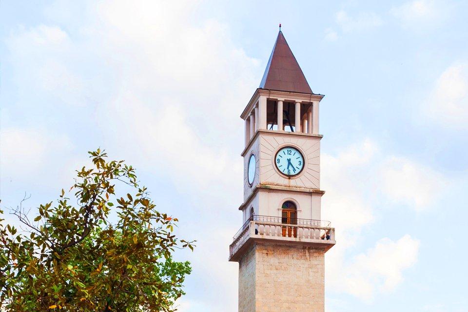 Klokkentoren in Tirana, Albanië