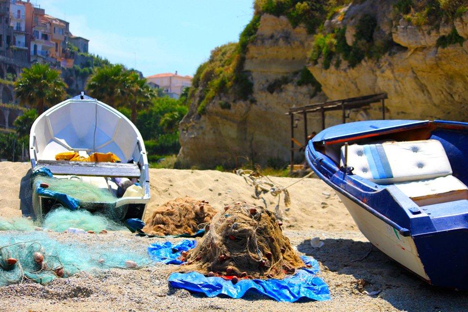 Bootjes aan de kust van Calabrië, Italië