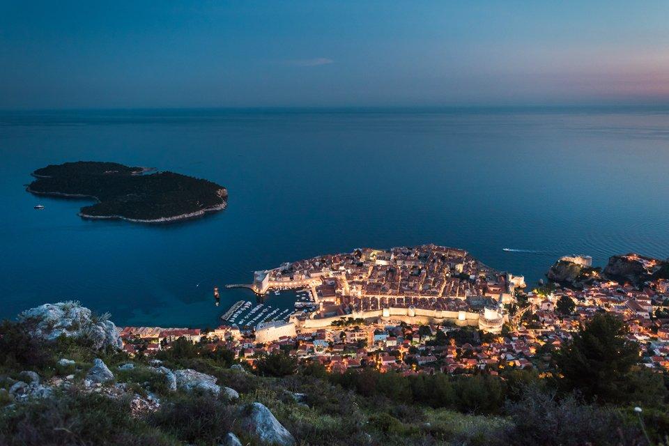 Uitzicht over sfeervol verlicht Dubrovnik, Kroatië, in de avond