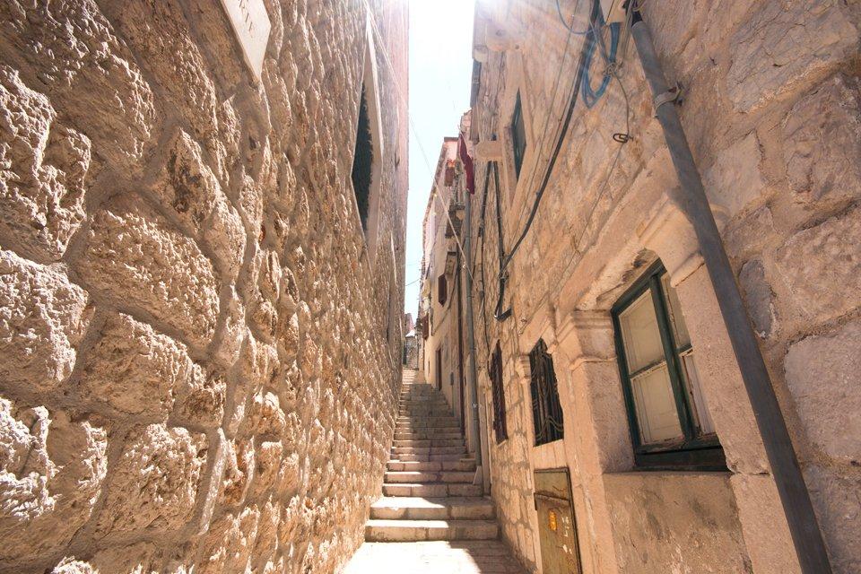 Smal steegje in het oude centrum van Dubrovnik, Kroatië