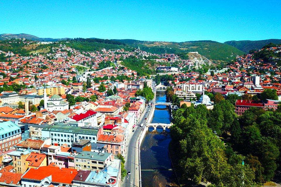 Zicht op oude stad Sarajevo, Bosnië-Herzegovina