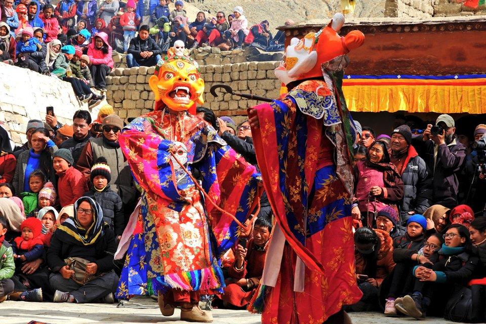 Cham-dans tijdens een Tibetaans-boeddhisch festival in India