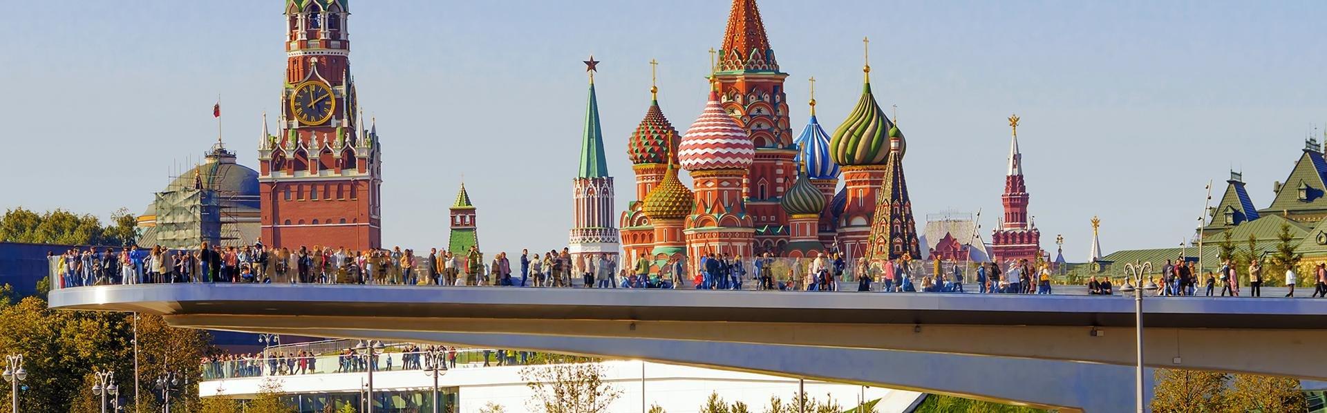 Zaryadye Park met Basiliuskathedraal in Moskou, Rusland