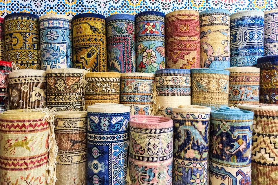 Perzische tapijten op de bazaar van Kerman, Iran