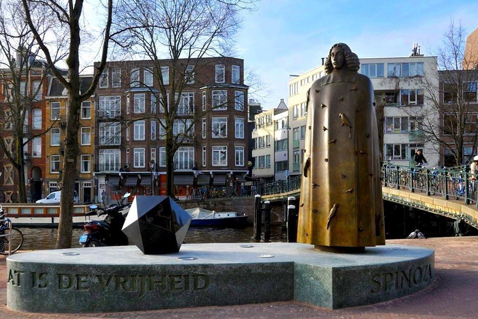 Standbeeld van Benedictus de Spinoza op de Zwanenburgwal, Amsterdam, Nederland