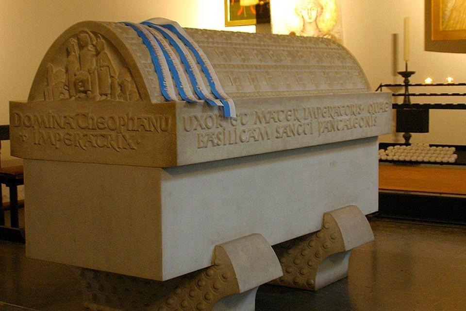 Sarcofaag van Theophanu in de Sint-Pantaleonkerk in Keulen, Duitsland