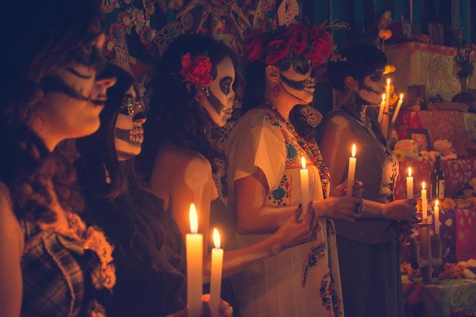 Geschminkte mensen tijdens de viering van Día de los Muertos in Mexico