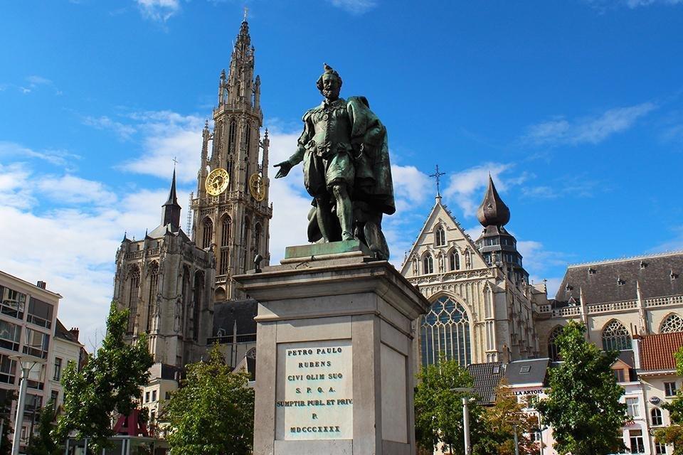 Peter Paul Rubens op de Groenplaats in Antwerpen voor de Onze-Lieve-Vrouwekathedraal
