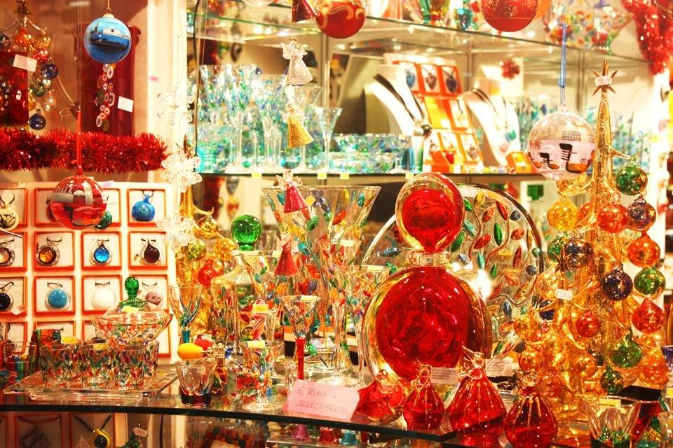 Glazen kerstversieringen in een etalage in Venetië, Italië