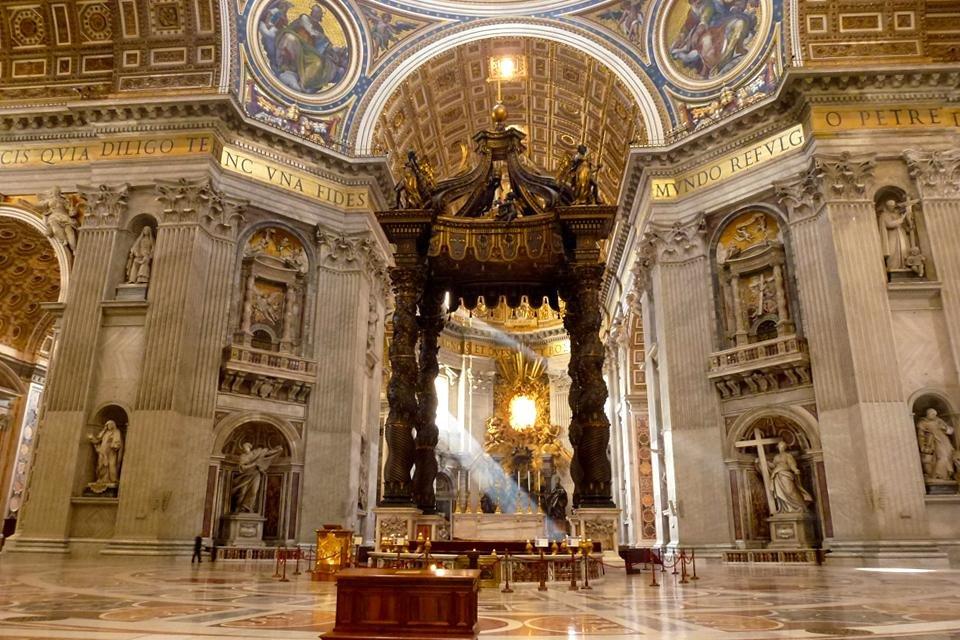 Baldakijn boven het graf van Petrus in de Sint Pieter, Rome, Vaticaanstad, Italië