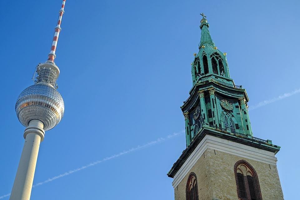 Fernsehturm en de Marienkirche in Berlijn, Duitsland