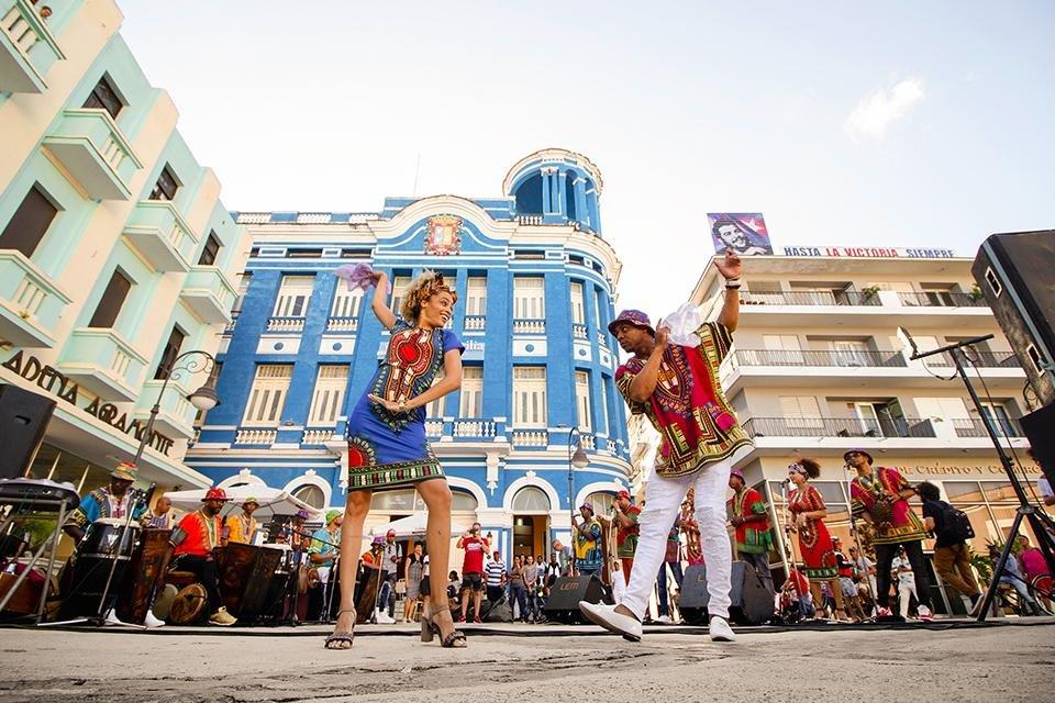 Samba-dansers op het plein van de arbeiders in Camagüey, Cuba