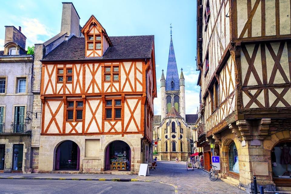 Binnenstad van Dijon, Frankrijk, met zicht op de Église de Notre-Dame de Dijon