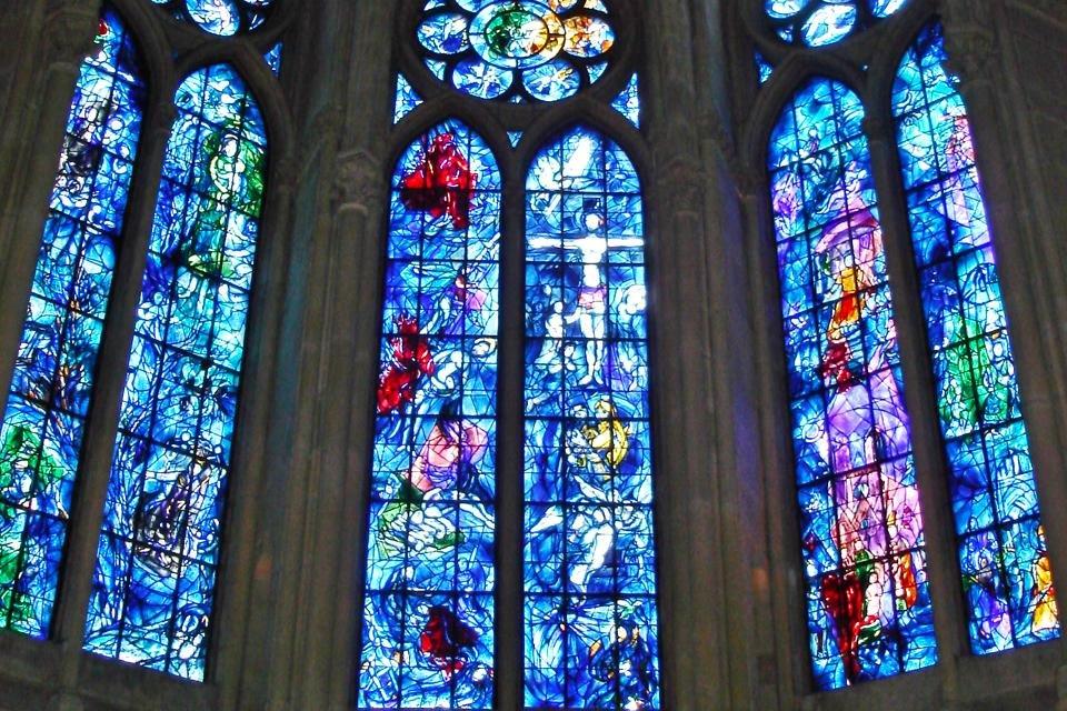 Glasvensters van Marc Chagall in de kathedraal van Reims, Frankrijk