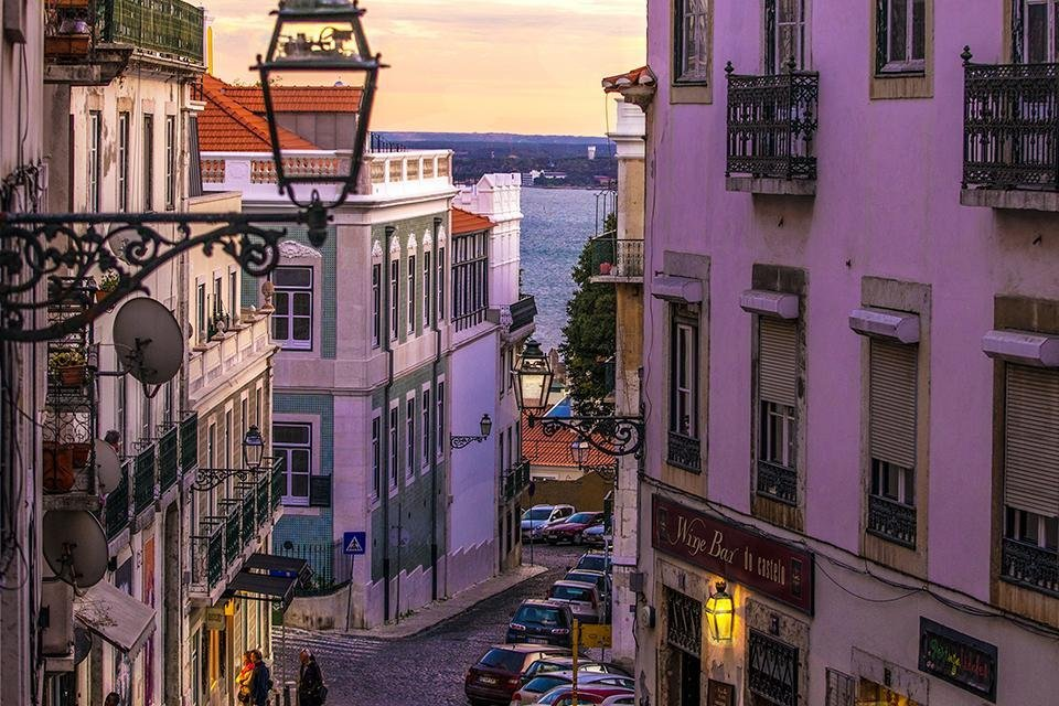 Straatbeeld Lissabon in het najaar, Portugal