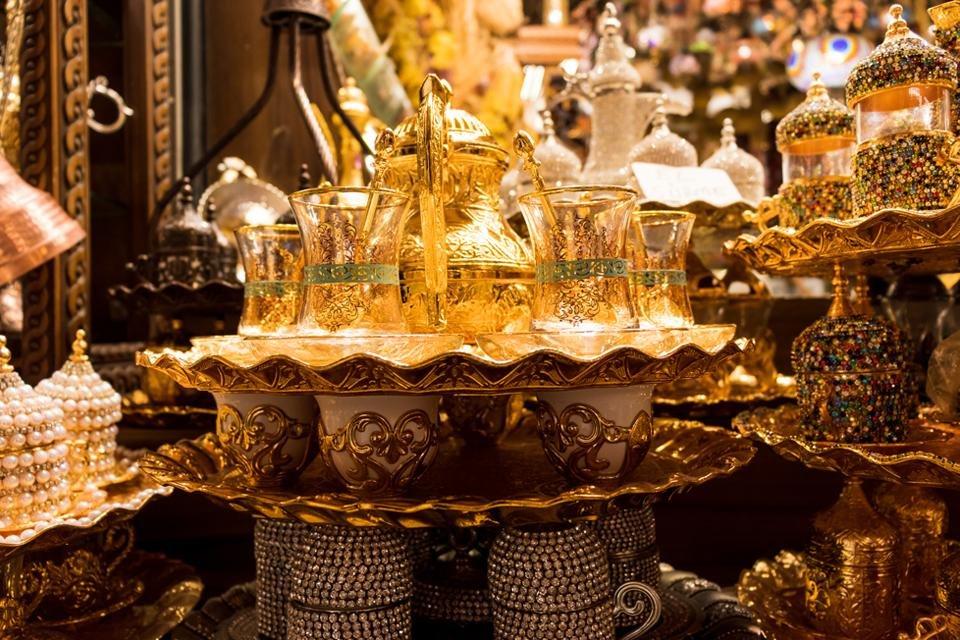 Versierde theeglazen in een grote bazaar in Istanbul, Turkijke