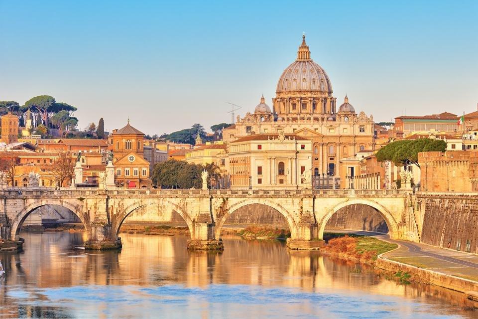 Zicht op de Tiber en de Sint Pieter in Rome, Italië