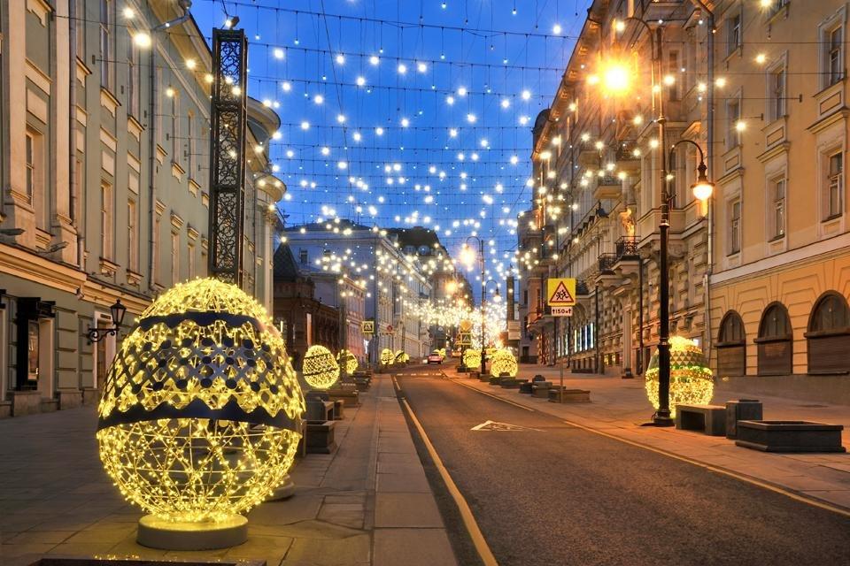 Sfeervol verlicht Moskou tijdens Pasen, Rusland