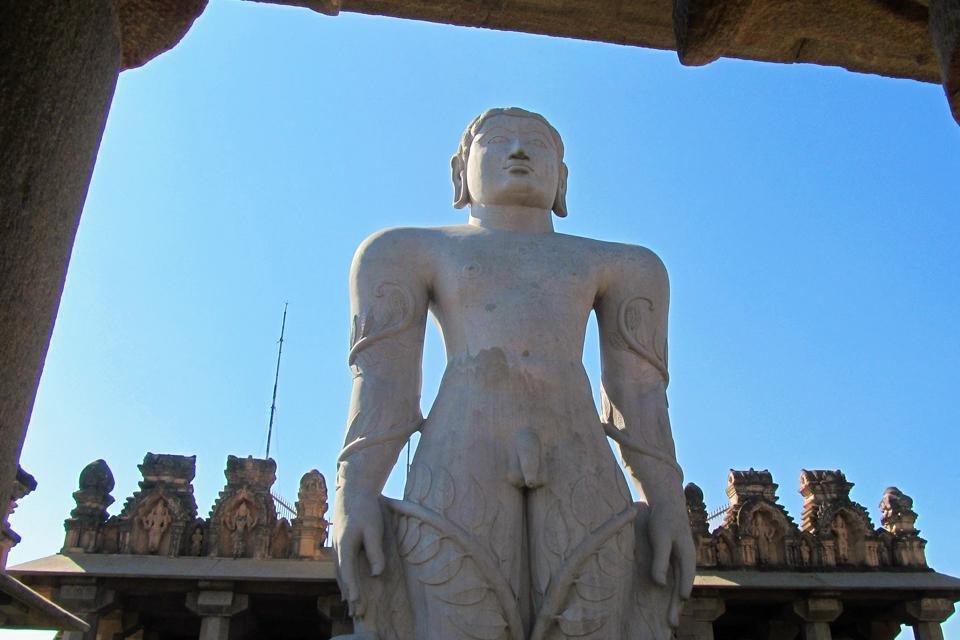 Het grootse standbeeld in Jaïnpelgrimsplaats Shravanabelagola, in India
