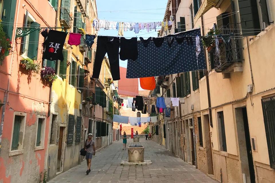 Straatbeeld in Venetië, Italië. Foto door KaperGerlings