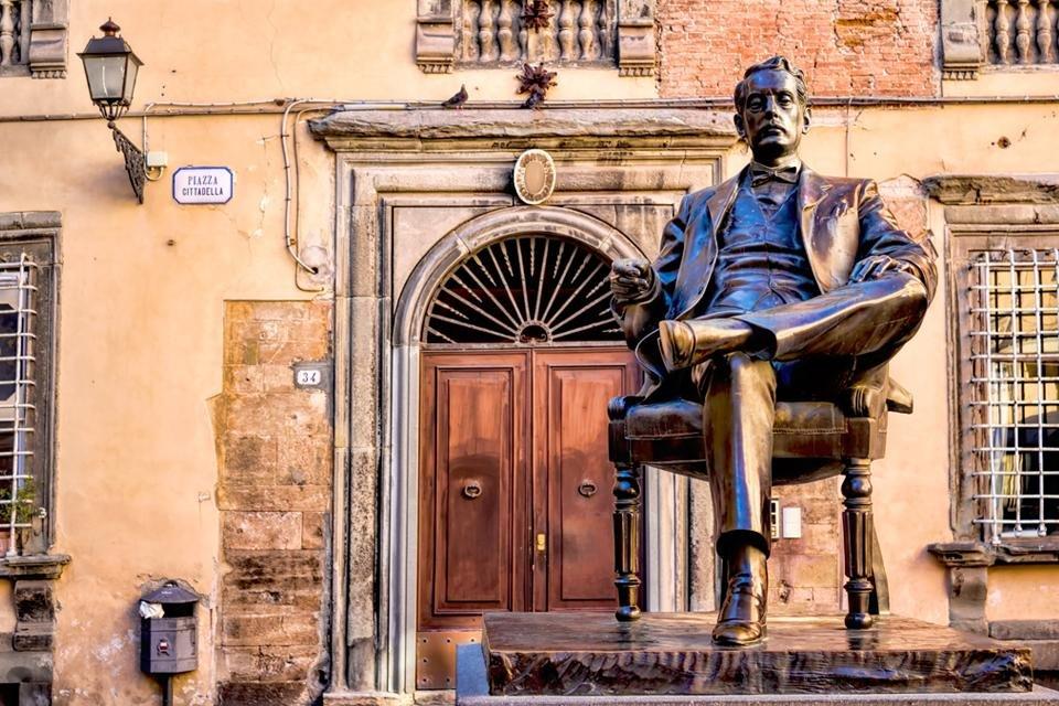 Standbeeld Puccini voor zijn huis in Lucca, Italië