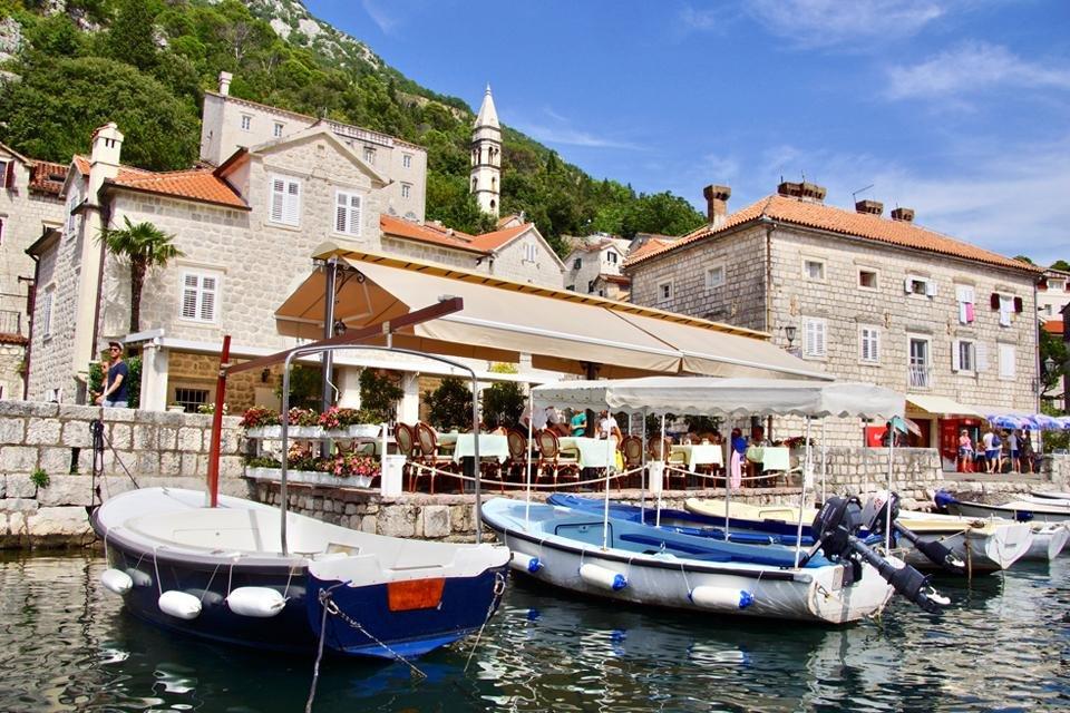 Boten aan de kade in Montenegro