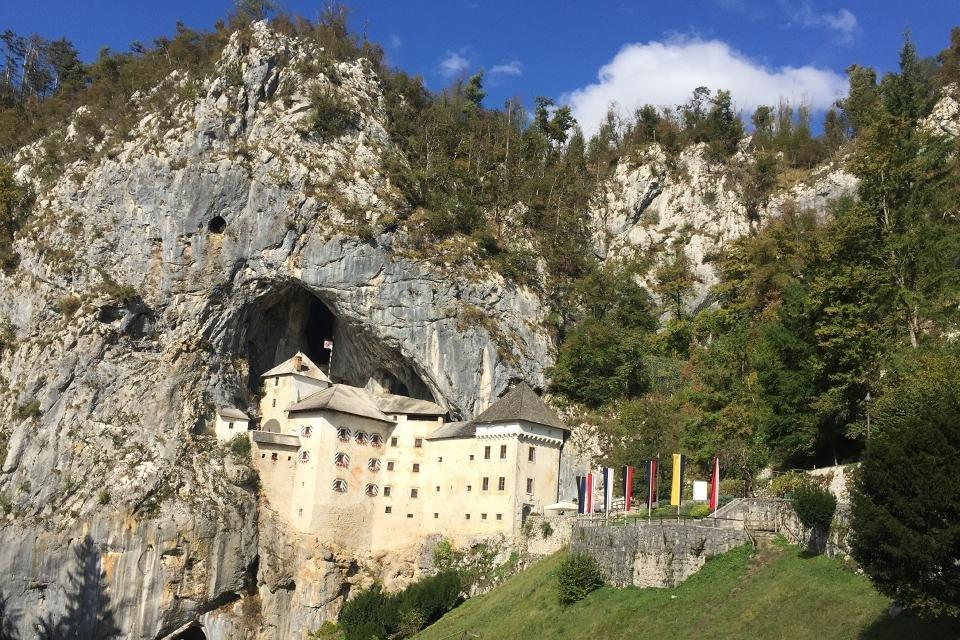 Kasteel Predjama in Slovenië
