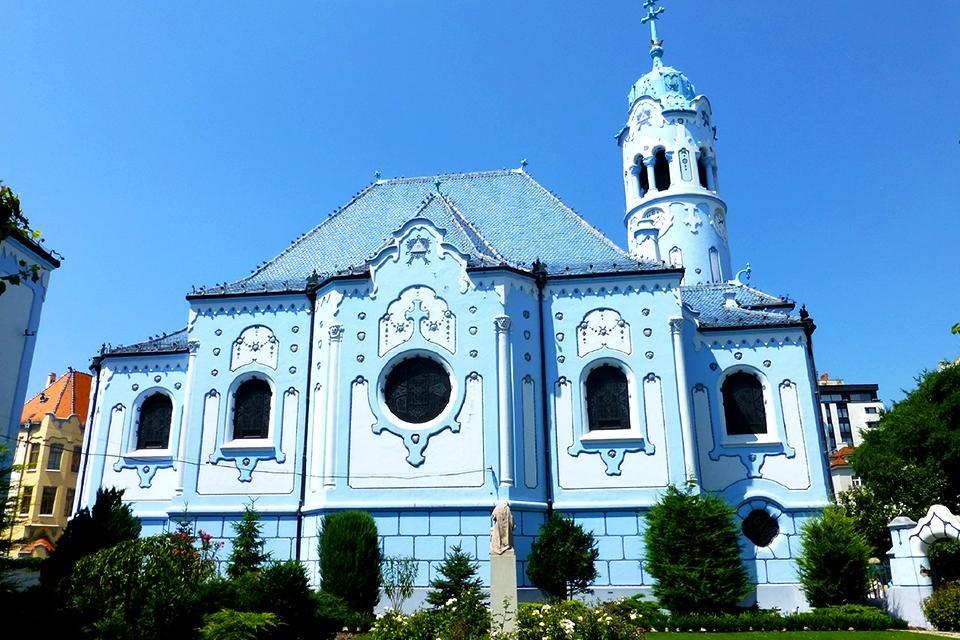 De hemelsblauwe Sint Elisabethkerk in Bratislava, Slowakije