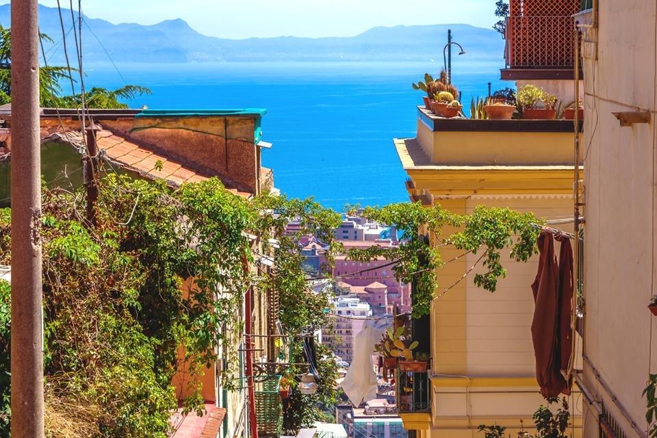 Straatje in Napels, Italië