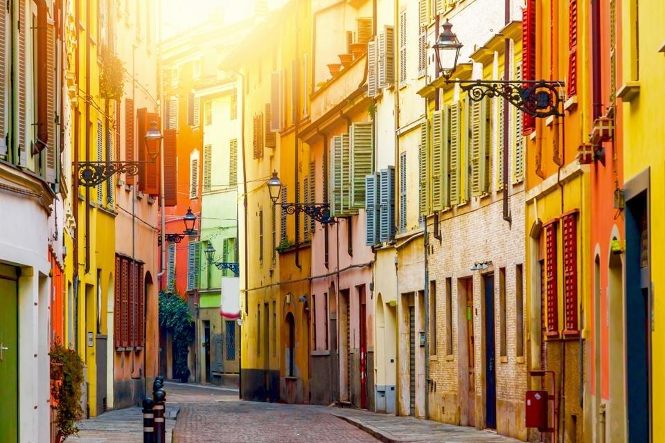 Kleurrijke straat in Parma, Italië