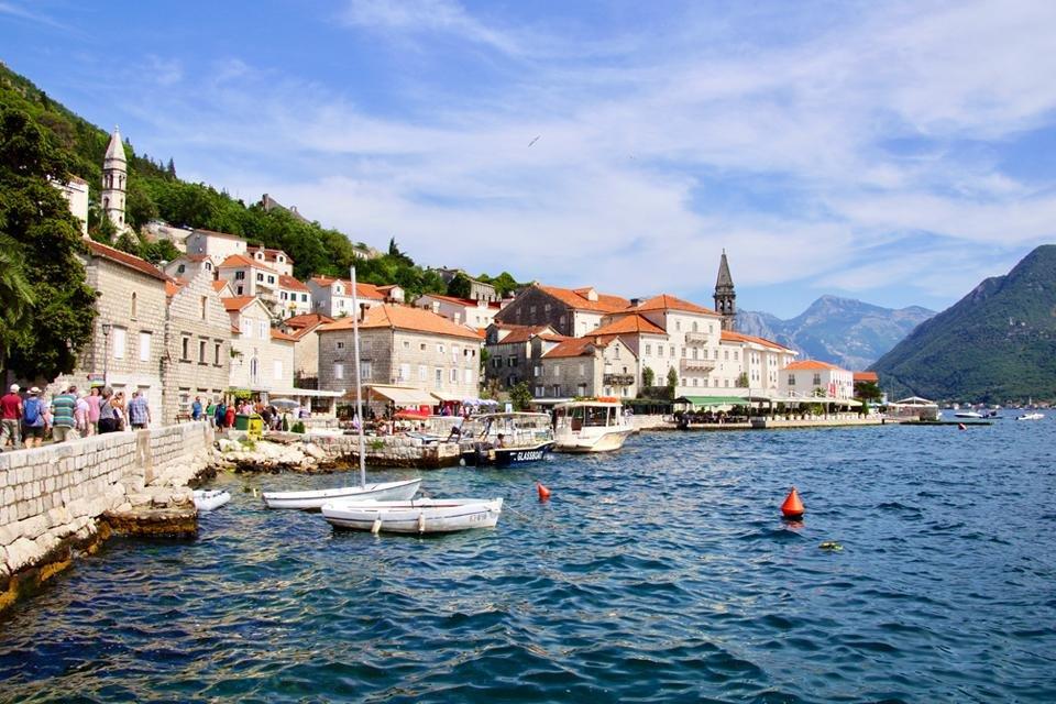 Aan het water in Perast, Montenegro