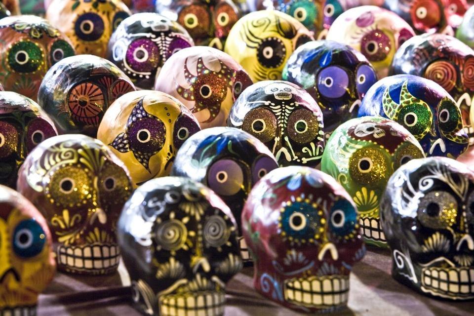 Versierde schedel-beeldjes voor dia de los muertos in Mexico