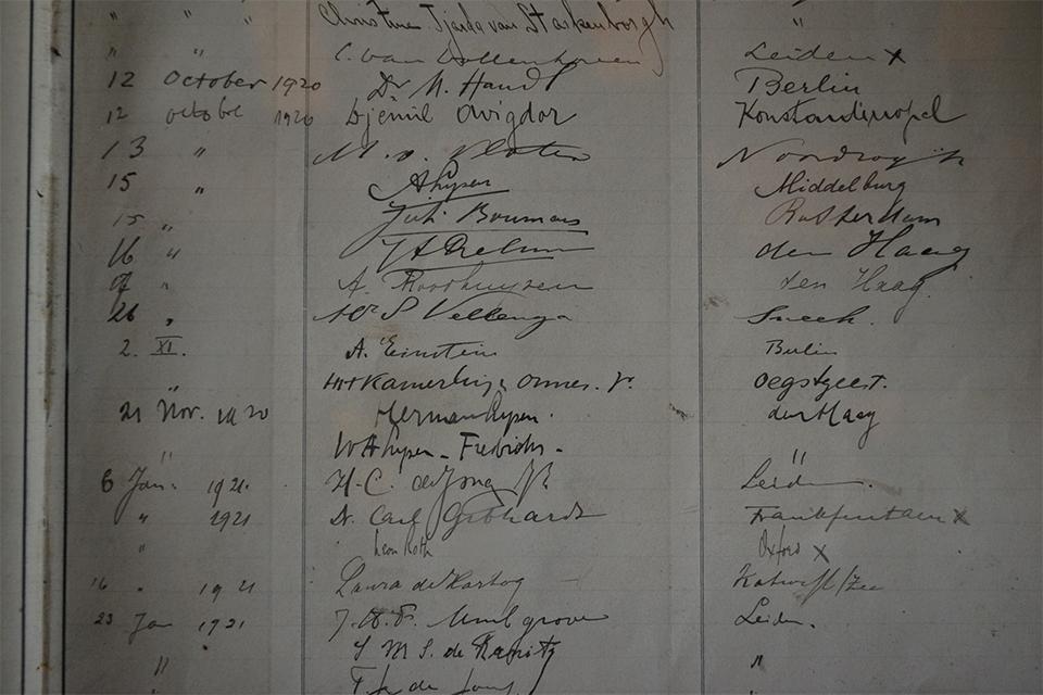 Gastenboek van het Spinozahuis in Rijnsburg  met op 2 november het bezoek van Albert Einstein