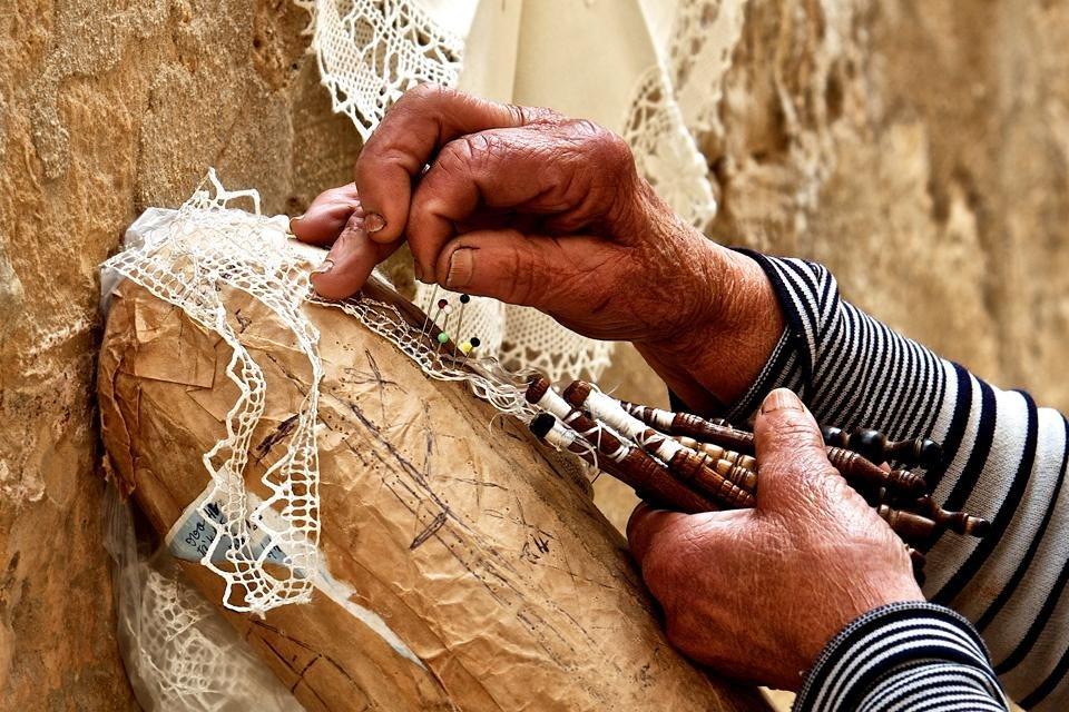 Dame aan het kantklossen op Malta