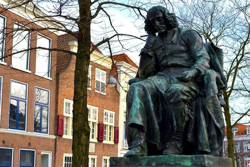 Beeld van Spinoza voor het Spinozahuis in Den Haag, Nederland