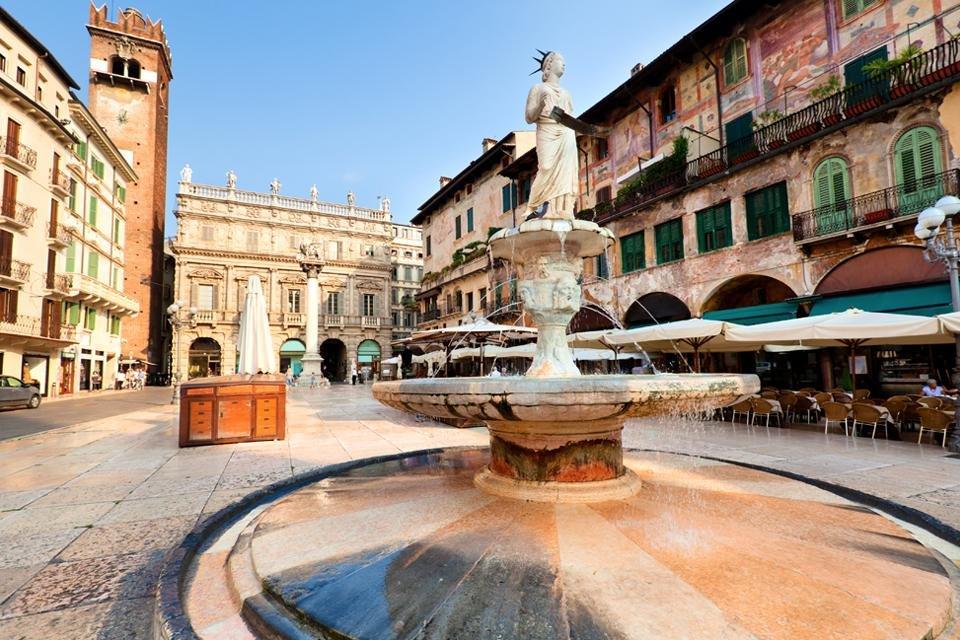 Piazza dell'Erbe in Verona, Italië