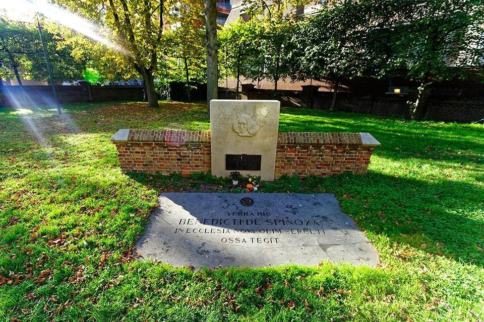 Grafmonument voor Spinoza achter de Nieuwe Kerk, Den Haag, Nederland