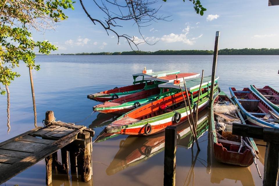 Bootjes op de Surinamerivier, Suriname