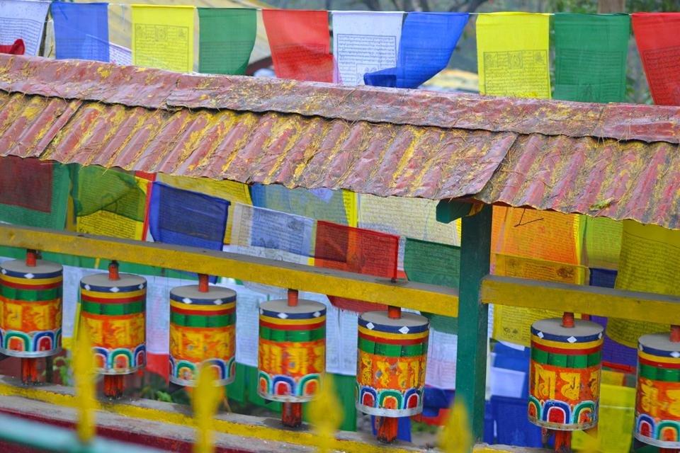 Tibetaans-boeddhistische gebedsmolens en vlaggen in India