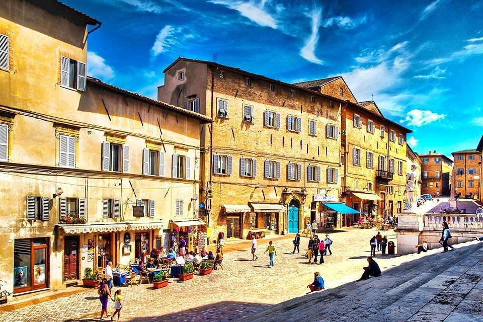 Piazza Rinascimento in Urbino, de Marken, Italië