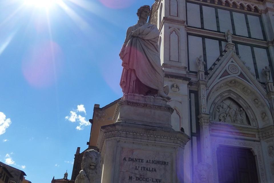 Dante voor de Santa Croce, Florence, Italië