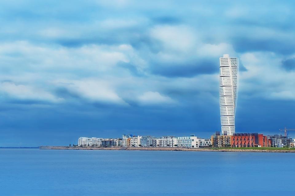 Uitzicht op Turning Torso in Malmö, Zweden, vanuit Kopenhagen, Denemarken